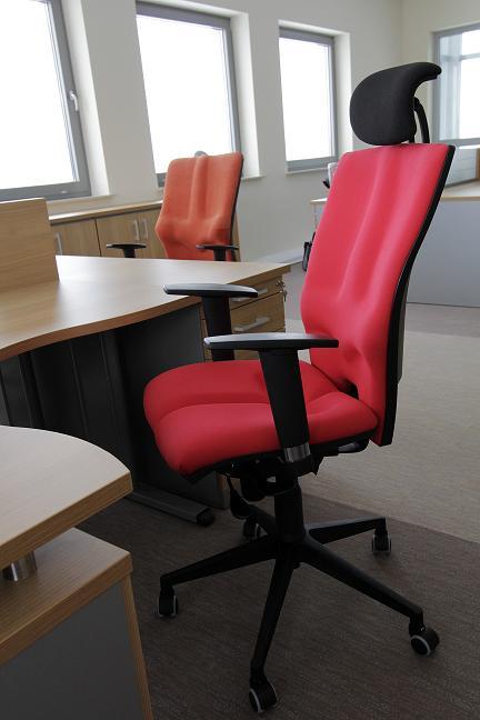 Wygodne fotele Elegance przy biurkach