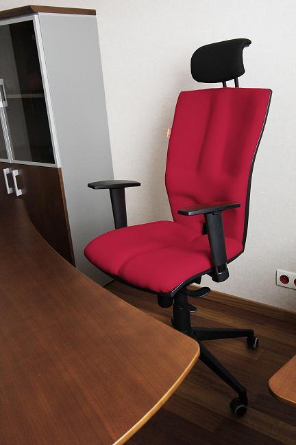 Wygodny fotel biurowy Elegance przy biurku